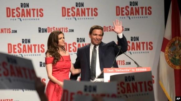 El candidato republicano para gobernador en Florida Ron DeSantis, saluda a sus seguidores junto a su esposa, Casey, en Orlando, Florida, tras ganar la nominación.