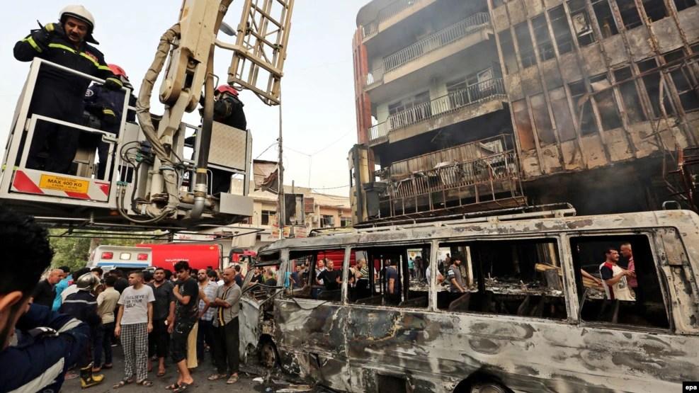 Nhân viên cứu hỏa đang làm việc tại hiện trường vụ đánh bom ở quận Karada, trung tâm thủ đô Baghdad, Iraq, ngày 3/7/2016.