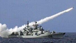 Tàu chiến của Trung Quốc bắn tên lửa trong một cuộc tập trận ở Biển Đông.