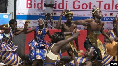 Dancer of Kejebere South Sudan youth group participating in the Bidibidi got talent show in Yumbe Uganda, Dec. 16, 2017. (H. Athumani/VOA)