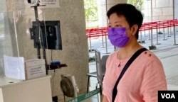 香港民主派初选47人案其中一名获准保释的被告、民主党前立法会议员黄碧云9月23日到西九龙裁判法院应讯 (美国之音/汤惠芸)
