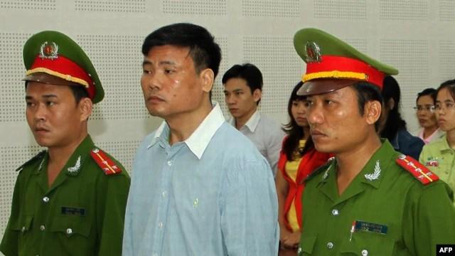 Blogger Trương Duy Nhất trong phiên xử tại tòa án nhân dân Đà Nẵng ngày 4/3/2014. Ông Nhất bị tuyên án 2 năm tù vì những bài viết chỉ trích chính quyền và các lãnh đạo đảng Cộng sản.