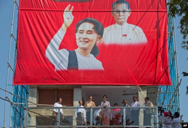 Bà Aung San Suu Kyi phát biểu từ ban công của trụ sở đảng NLD ở Yangon, Myanmar, ngày 9/11/2015.