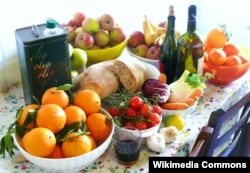Local Mediterranean dietetic foods, seasonal fruit and vegetables and olive oil (Wikimedia Commons / G Steph.Rocket)