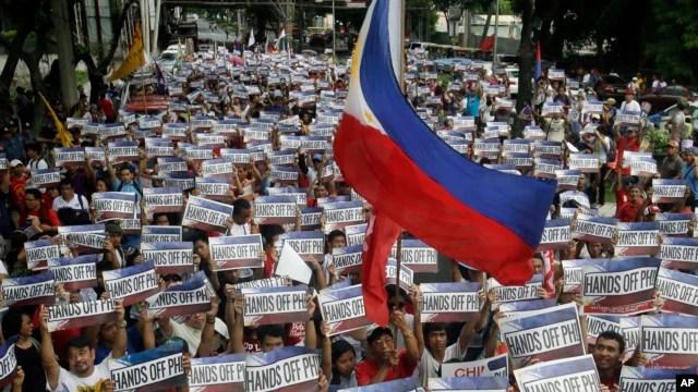 Người biểu tình Philippines mang biểu ngữ chống Trung Quốc vào ngày lễ Độc lập 12/6/2015.