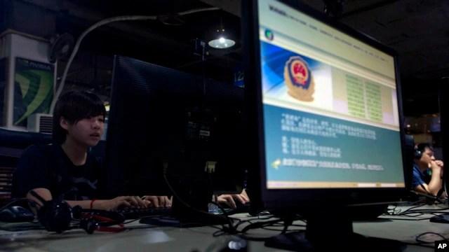 Màn hình máy tính hiển thị cảnh báo của cảnh sát Trung Quốc về việc sử dụng Internet tại quán cà phê Internet ở Bắc Kinh.