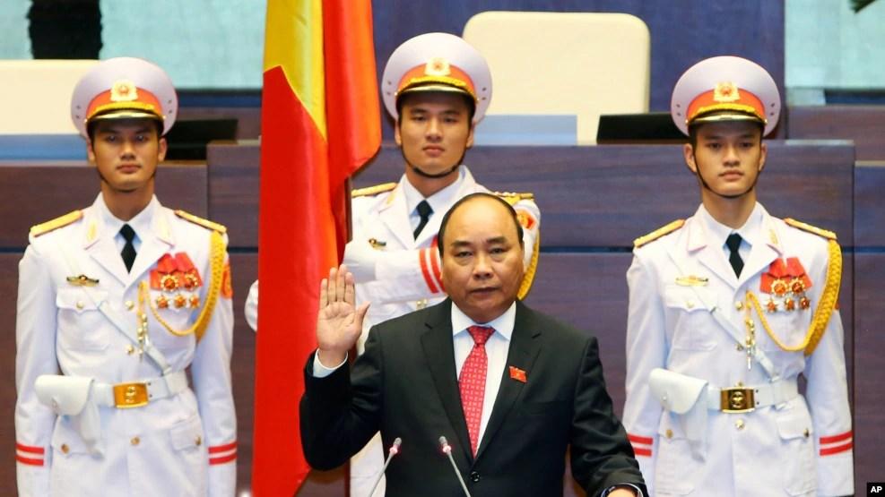 Thủ tướng Nguyễn Xuân Phúc tuyên thệ nhậm chức sau khi được Quốc hội bỏ phiếu tán thành, Hà Nội, 26/7/2016.
