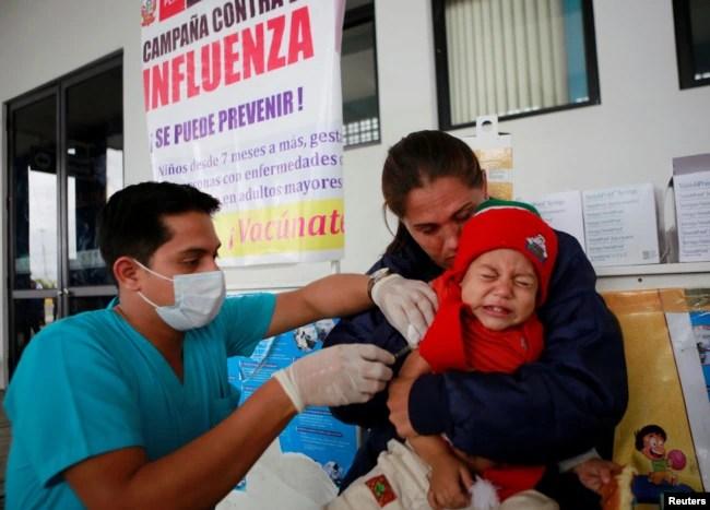 Migrantes venezolanos reciben vacunas en Tumbes, en la frontera de Perú con Ecuador, el 29 de agosto de 2018.