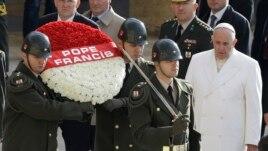 Đức giáo hoàng Phanxico đi thăm lăng Mustafa Kemal Ataturk và đặt vòng hoa tại đây.