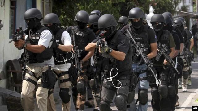 Anggota pasukan anti-teror Detasemen Khusus (Densus) 88 dalam sebuah penggerebekan di Solo, September 2012. (Foto: Dok)