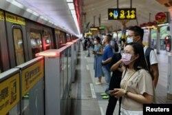 Orang-orang yang memakai masker saat menunggu metro, selama pandemi COVID-19, di Taipei, Taiwan, 11 Mei 2021. (REUTERS / Ann Wang)
