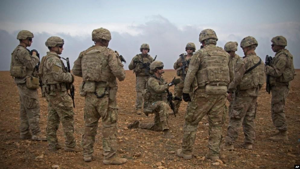 Pasukan AS membahas rencana patroli militer bersama di kota Manbij, Suriah 7 November 2018 (foto: dok).