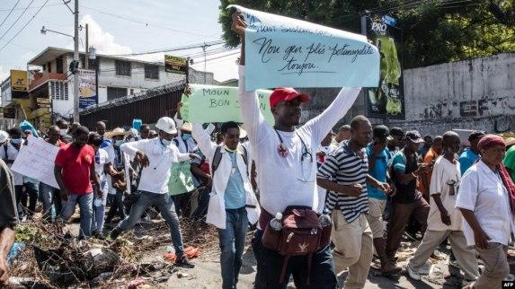 Un grupo de profesionales de la Salud pretesta en Haití contra la crisis en el sector y pidió la renuncia del presidente Jovenel Mise el 30 de octubre de 2019.