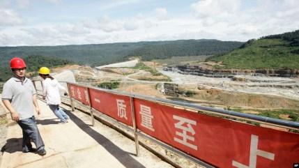 Công nhân Trung Quốc đang làm việc ở tỉnh Koh Kong, khu vực được Campuchia cho thuê để phát triển kinh tế với thời hạn 99 năm