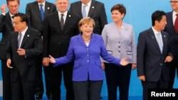 Thủ tướng Đức Angela Merkel đứng giữa Thủ tướng Trung Quốc Lý Khắc Cường (trái) và Thủ tướng Nhật Bản Shinzo Abe (phải).