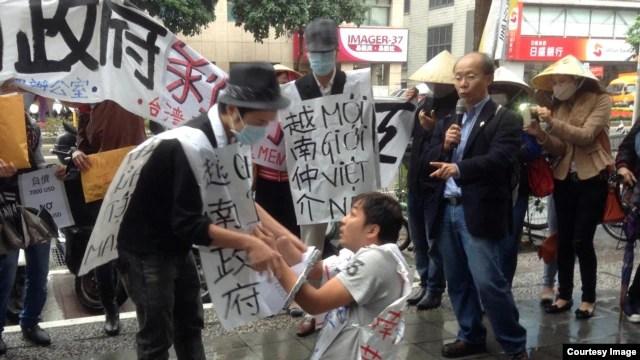 Các công nhân xuất khẩu lao động Việt Nam ở Đài Loan mới đây đã tổ chức một cuộc biểu tình bên ngoài Văn phòng Kinh tế Văn hóa Việt Nam tại Đài Bắc.