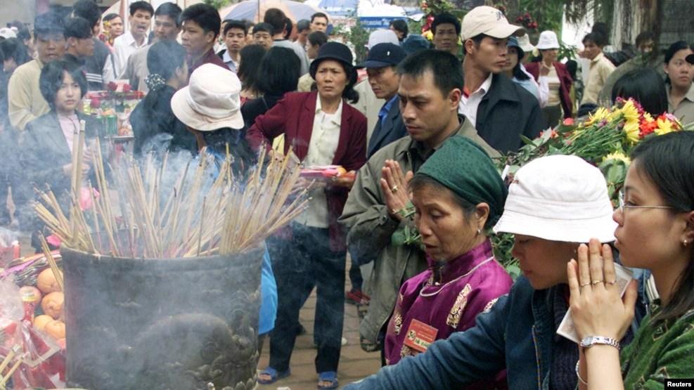 Tiến sĩ Nguyễn Phương Mai nói, khi người dân thấy trong đời sống thực của họ cái gì cũng có thể mua được, thậm chí nếu không mua được bằng tiền thì sẽ mua được bằng rất nhiều tiền, thì điều đó cũng đã lan vào cả trong chùa chiền.