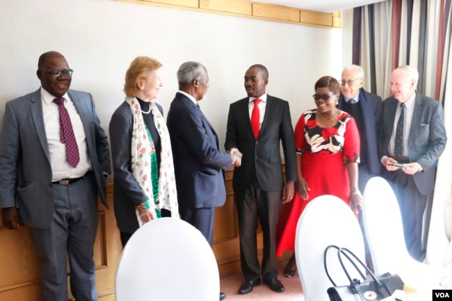 """Former U.N. secretary general Kofi Annan with Nelson Chamisa, leader of the main opposition party, the Movement for Democratic Change Alliance in Harare, July 20, 2018. He is accompanied """"The Elders"""" group members Mary Robinson, the former president of Ireland, and Lakhdar Brahimi, an Algerian career diplomat look on. (S. Mhofu/VOA)"""