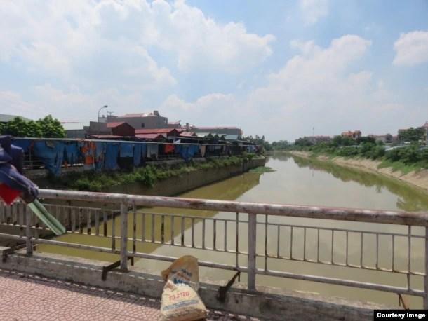 Con sông Ngũ Huyện Khê chảy qua đoạn này trước kia rộng 290m, sau khi bị san lấp (bên trái) chỉ còn chừng 80m. (Ảnh: Lê Anh Hùng)