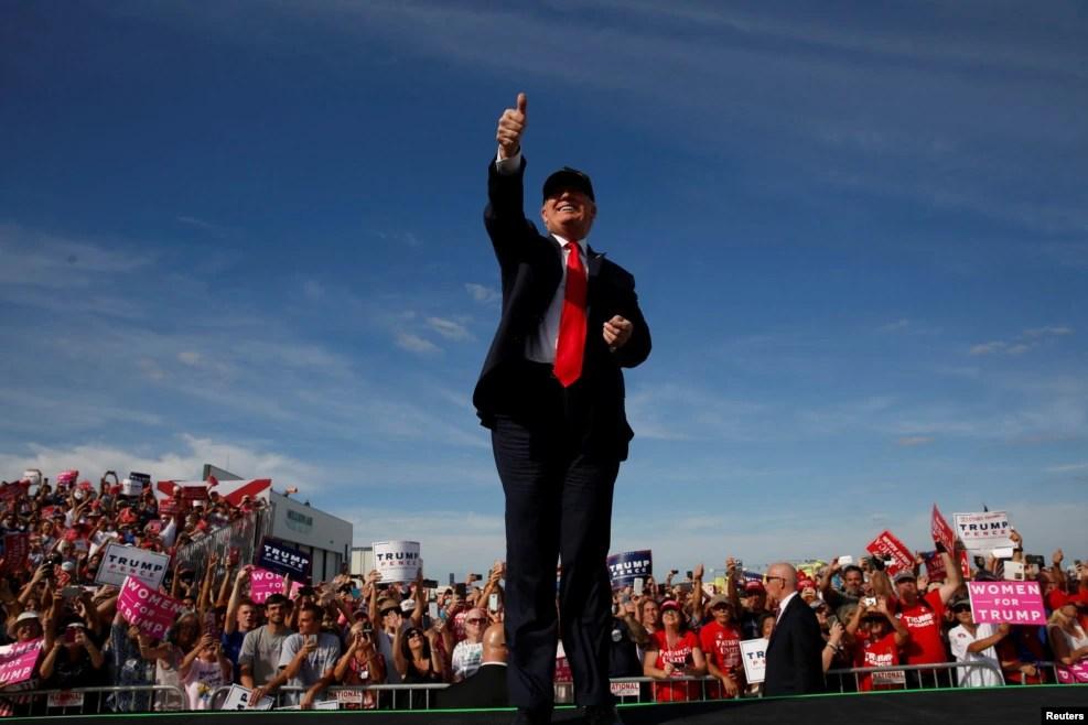 在佛罗里达州,川普和他的支持者。此图的摄影角度显得川普很是高大上