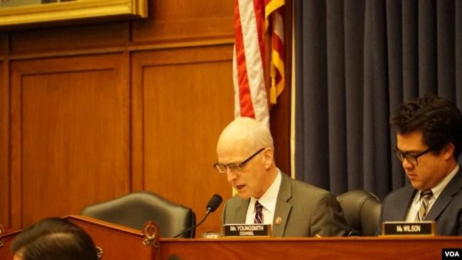 众议院军委会主席、民主党人史密斯(Adam Smith)2020年2月11日主持听证会(美国之音黎堡摄)