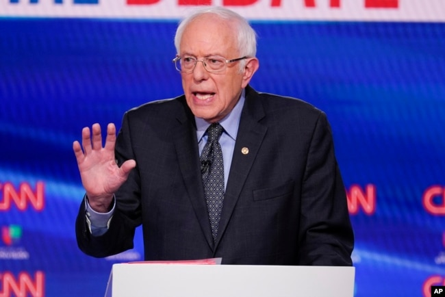 Senator Bernie Sanders berpartisipasi dalam debat utama presiden dari Partai Demokrat di CNN Studios di Washington, Minggu, 15 Maret 2020. (Foto: AP/Evan Vucci)