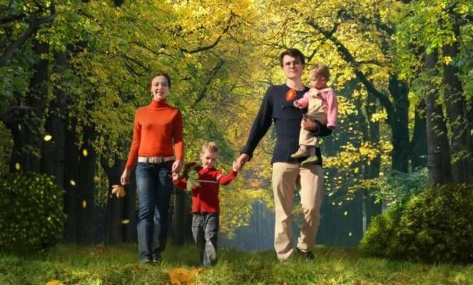 Семья гуляет в парке