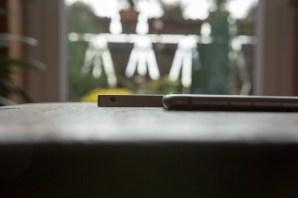 Vorne das iPhone 6, dahinter die Crucial MX100