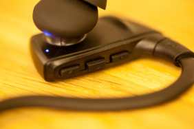 Tasten zum Regulieren der Lautstärke und für Play / Pause