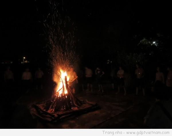 [Lửa trại] Cách xếp củi, tạo màu lửa, làm đuốc, chuột lửa…