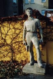 """""""The Bricklayer"""", the first sculpture created for the new town in 1955 (photo: author)."""