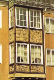 The buildings of WK III are decorated with fairy tale reliefs (photo: Peukert, 1987)