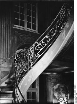 The Ermeler House's distinctive 18th c. staircase as photographed in 1932 when the building was in use as one of Berlin's city museums (photo: public domain, Wikicommons).