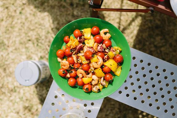エビとパプリカにトマトを添えて