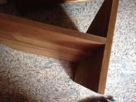 An die Liegefläche wird ein Seitenteil angebracht. Achtung: Darauf achten, dass das Brett sowohl unten (Rutschschutz) als auch oben (Fallschutz) genügend über steht!