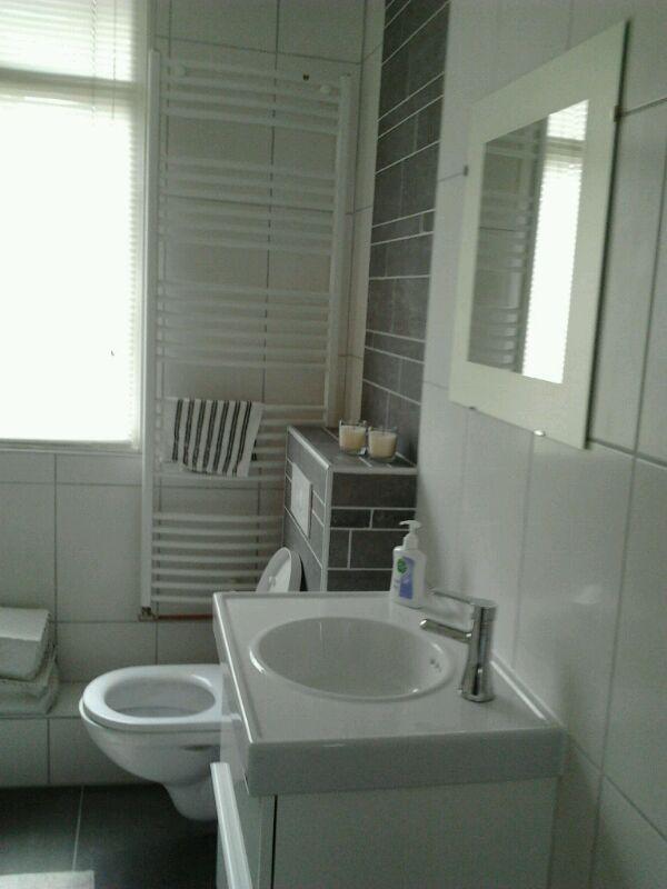 Goedkoop badkamer opknappen amazing download by with for Goedkoop laten behangen
