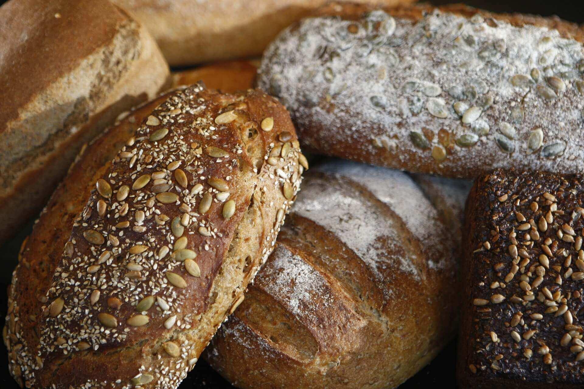 Flere lækre brød, både franskbrød og rugbrød