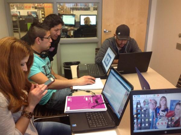 Estudiantes de GED con laptop
