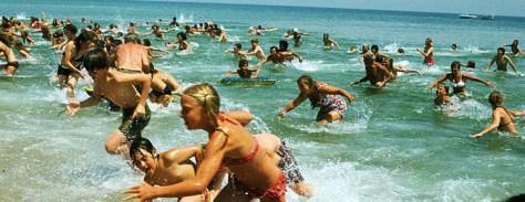 De menigte rent weg van het strand in Jaws