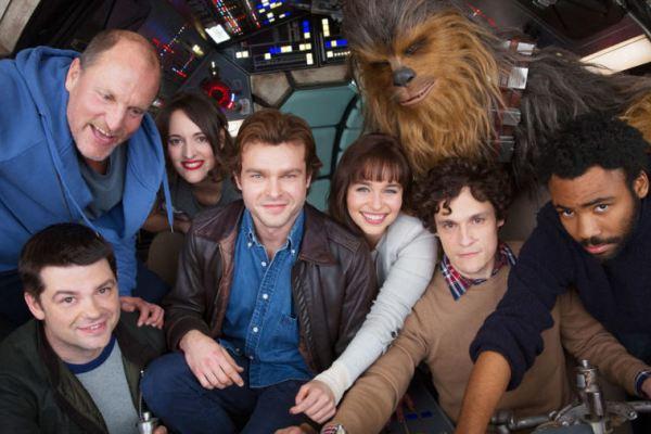 La prima foto del film su Han Solo e il passaggio di consegne a un nuovo Chewbacca
