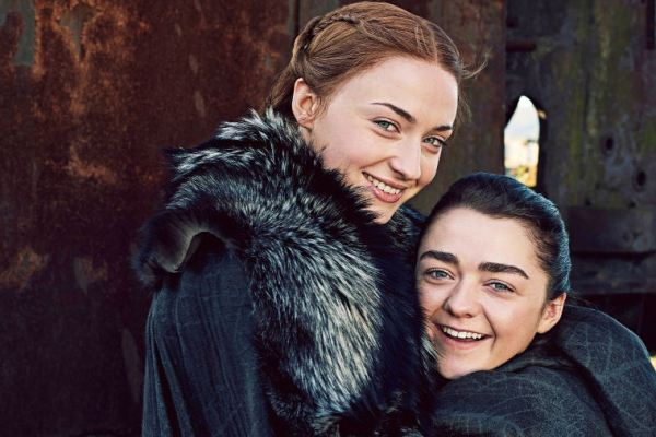 Game of Thrones: Arya e Sansa se la ridono sul set