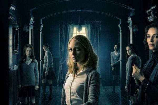 In Down a Dark Hall, Uma Thurman dirige una scuola un tantino inquietante