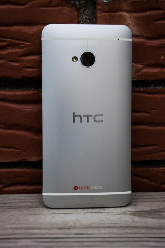 Le boîtier d'aluminium du HTC One est très élégant, moderne et agréable en main.