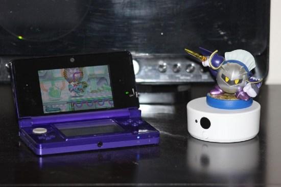 Le jeu est compatible avec une sélection de figurines amiibo. Celle-ci donne une épée magique à Kirby pour pourfendre ses ennemis.