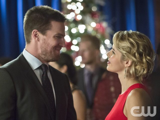 """Arrow -- """"Dark Waters"""" -- Image AR409B_0224bc.jpg -- Pictured (L-R): Stephen Amell as Oliver Queen and Emily Bett Rickards as Felicity Smoak -- Photo: Diyah Pera/ The CW -- �© 2015 The CW Network, LLC. All Rights Reserved."""