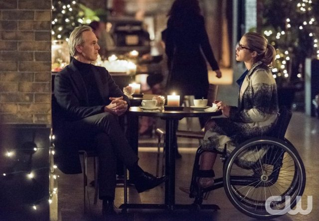 """Arrow -- """"Sins of the Father"""" -- Image AR413A_0187b.jpg -- Pictured (L-R): Tom Amandes as Noah Kuttler / The Calculator and Emily Bett Rickards as Felicity Smoak -- Photo: Dean Buscher/ The CW -- �© 2016 The CW Network, LLC. All Rights Reserved."""