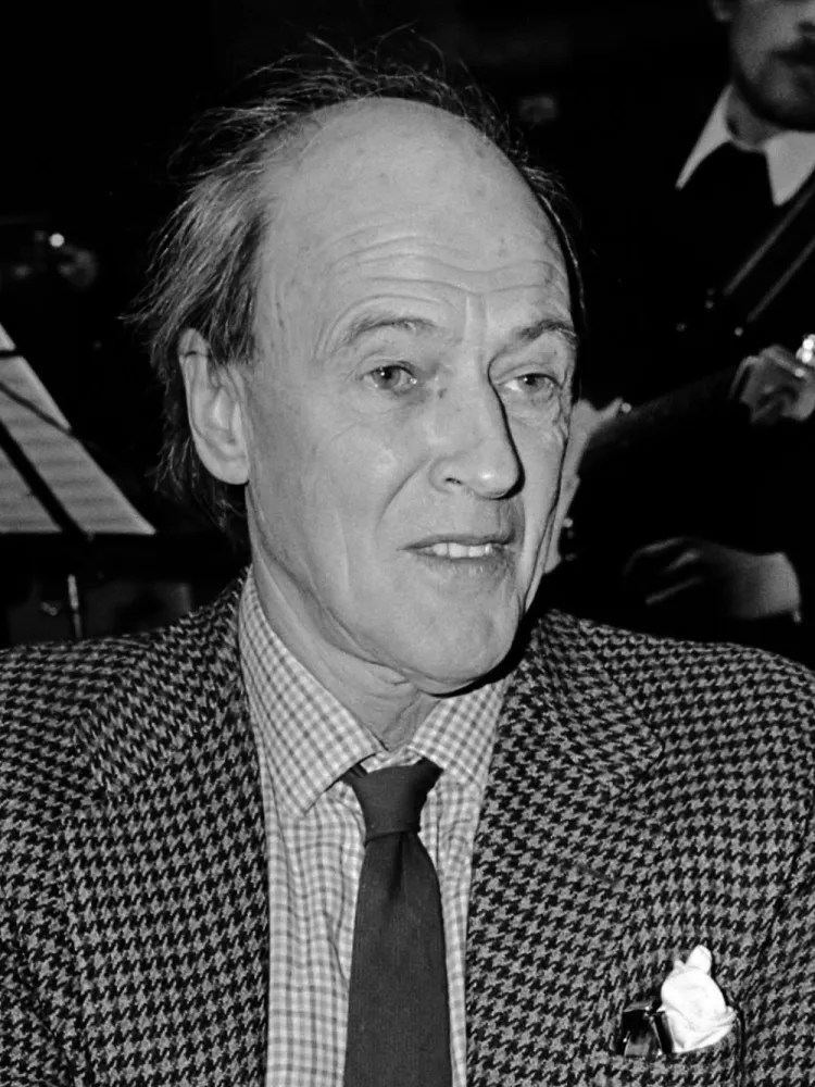 Uitreiking Gouden Griffel en Penseel in Utrecht. Roald Dahl in 1982, uploaded by Wikimedia user Hans van Dijk CC BY-SA 3.0