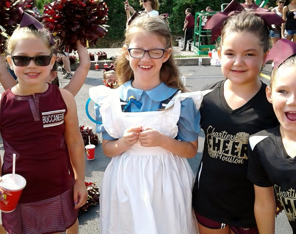 girl in Alice costume attracts attention of elementary school cheerleaders - first cosplay