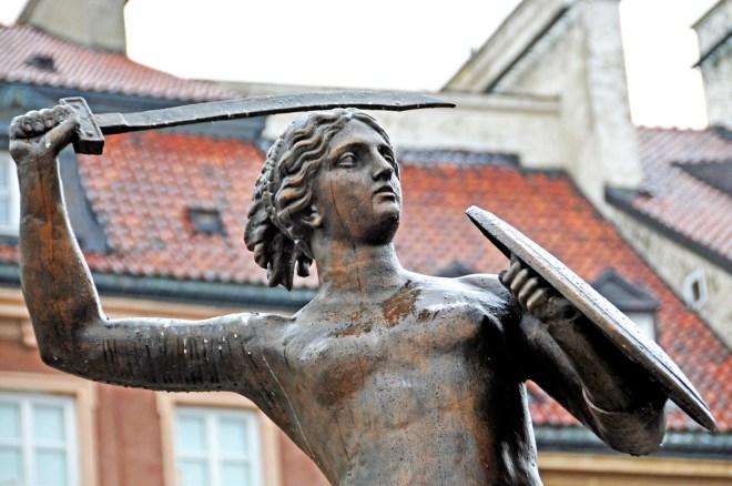 """Feminismus in Young Adult Frau mit Schwert - Artikelbild: """"Poland_4053 - Mermaid"""" von """"Dennis Jarvis"""" (https://www.flickr.com/photos/archer10/) (CC BY-SA 2.0)"""