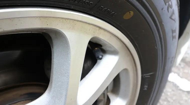 タイヤにTPMSセンサー取り付け